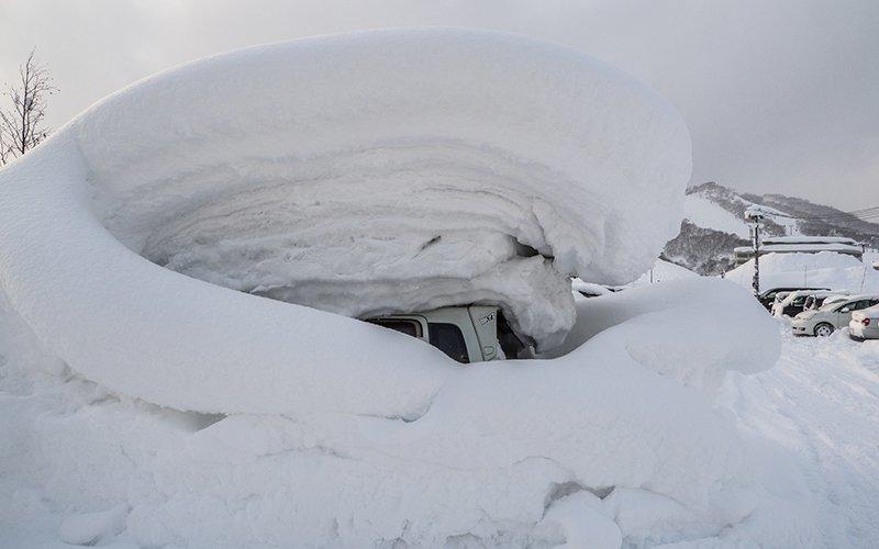 car-buried-in-niseko-deep-snow.jpg
